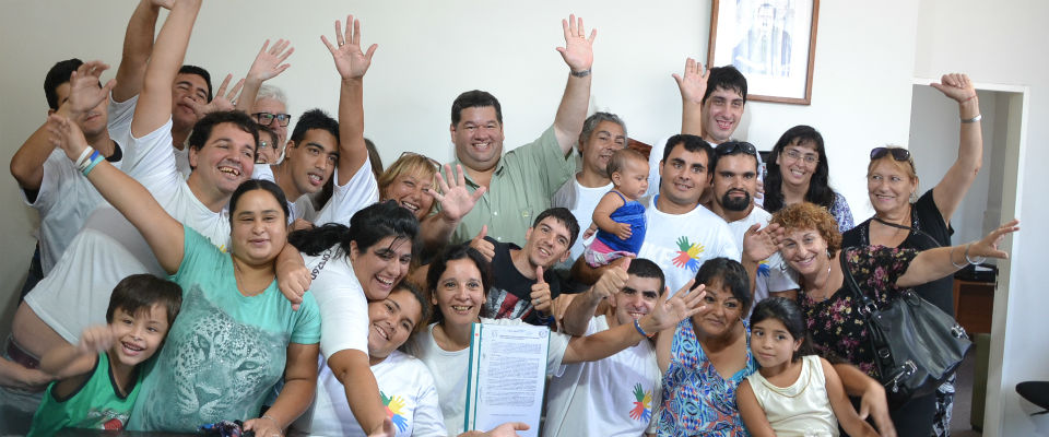 El ministro de la Torre y el intendente Nedela encabezaron la entrega de 125 escrituras propietarias a familias de Berisso
