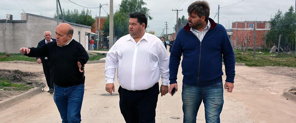 El intendente Jorge Nedela recorrió los trabajos finales de la obra de pavimentación que se ejecuta sobre Calle 8