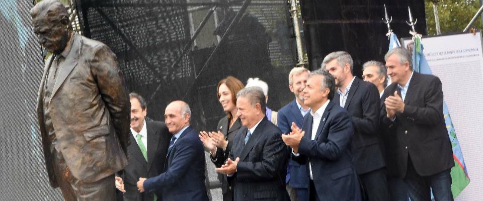 El intendente Jorge Nedela participó de la inauguración del monumento al expresidente Raúl Alfonsín