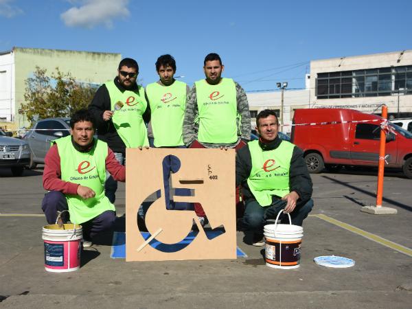 Nuevo espacio de estacionamiento para personas con discapacidad frente a la Escuela de Arte